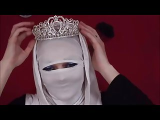 Canadian lady puts on tight niqab 2