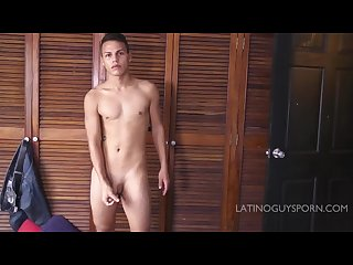Young latin papi Octavio jerks off and shoots lots of leche