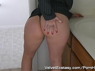 Hot real estate agent closes deal with a blowjob and a facial