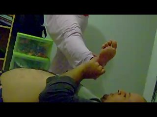 Gros mamelons 17 gros seins et sniffage de pieds odorants Smelling feet