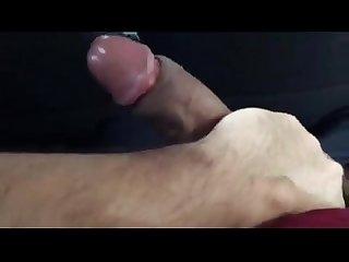 Se masturba con tremenda polla mientras viaja en bus
