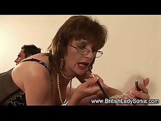 Mature brit milf gives footjob
