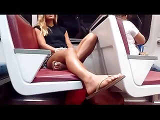 Filmando pezinhos lindos da novinha no metro pes feet candid
