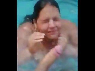 Pagando um guloso na piscina