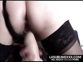 Signora mora matura si masturba con un grosso Dildo