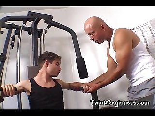 2 sexy guys love fucking at the gym