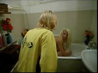 Carla carli nella vasca