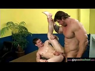 Maduro con tremendo culo se coge a un jovencito