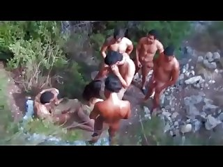 Gang bang com a Novinha no meio do mata videos http Rabudas tv