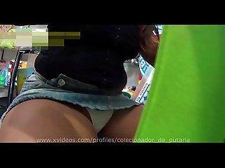 Mulata Novinha Gostosa sentada de perna aberta