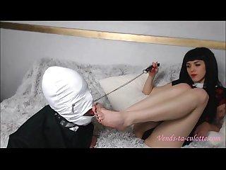 Anna fume une cigarette avec son esclave fétichiste des pieds - Vends-ta-culotte.com
