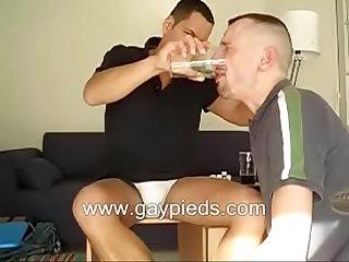 Macho htero marrento mija no copo e da pra puta beber e ainda cospe na cara