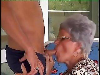 Madura congiendo a un joven