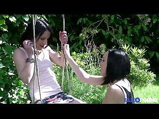 Deux actrices porno bien excitées se baisent entre deux sce�?nes [Full Video]