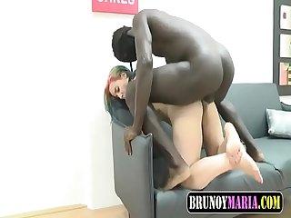 Colegiala jovencita follada por un pollon enorme negro de brunoymaria