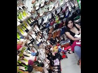 Vendedora de zapatos dando de lactar