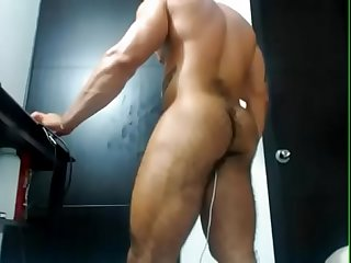 MUSCLE LATINO SHOWS HIS HAIRY ASS ON CAM
