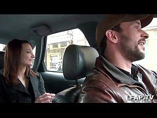Petite coquine se masturbe dans le taxi qui en profite pour la doigter