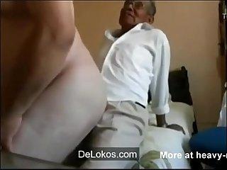 Viejo enculando y Cogiendo a un jovencito delokos com