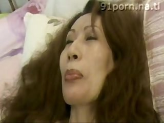 Chinese mature slut peach flower eat banana during sex