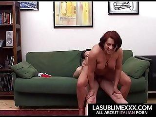 Rossa matura si fa sfondare la figa dal compagno d avanti alla telecamera