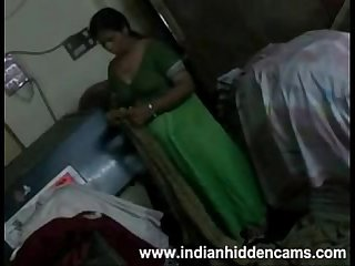 Amateur indian housewife Bhabhi changing her blouse exposing bigtits