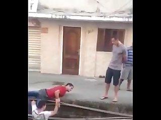 Chicos brasileos borrachos se desnudan