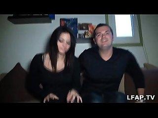 Jeune et jolie libertine montre ses seins et suce son mec
