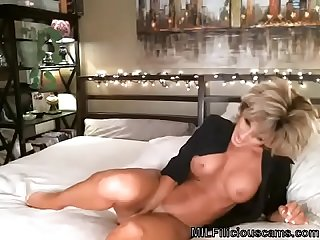 Gorgeous blonde Milf masturbating on Cam milfiliciouscams com