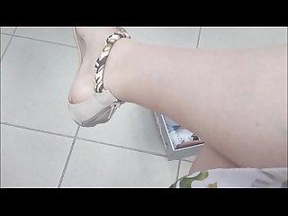 Mamma italiana in un negozio ti mostra i suoi piedi sudati mentre si prova sandali infradito e scarp