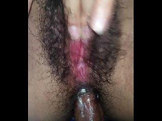 Adicta al anal se masturba su concha peluda mientras la enculo