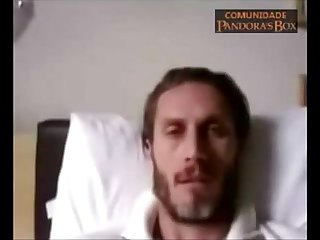 Andr segatti mostrando O pau na webcam