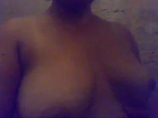 Mostrando en video su cuerpo Madura