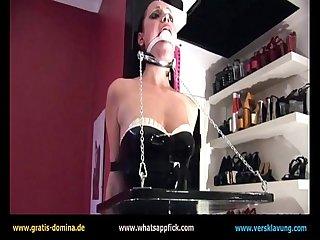 Domina fesselt ihre Sklavin mit Balett-Heels, Knebel uvm