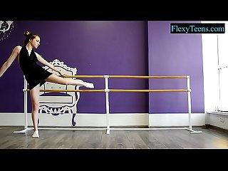 Morena adolescente haciendo entrenamiento sexy